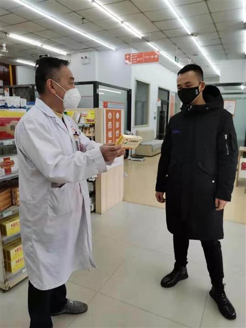 谢东杰在为顾客介绍药品安全知识。