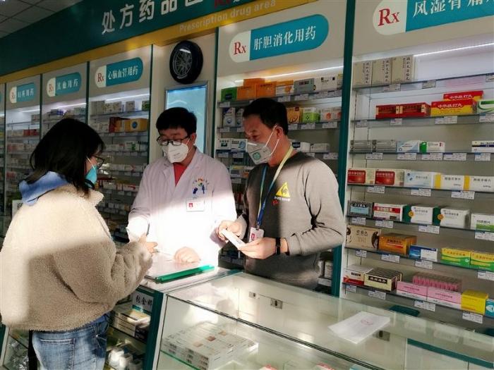 张永贵坚守在药店一线。