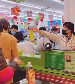 陆萍在指导顾客有序购买防护用品。